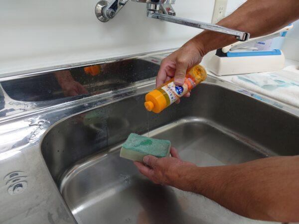 食器用洗剤で洗う